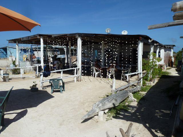 Sfeervol restaurantje, met blote voeten in het zand