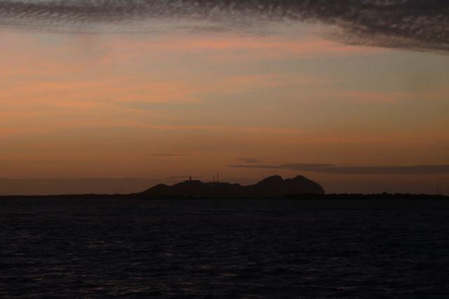 In de verte zien we het hoofdeiland wat we morgen gaan bezoeken