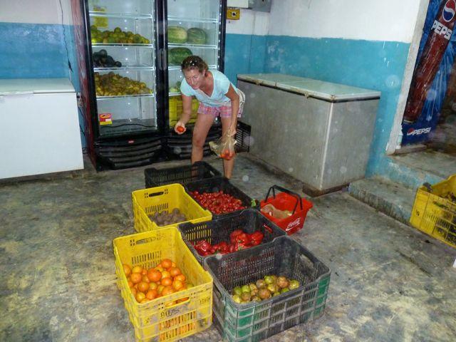 Fruit en groenten kiezen in de enige supermarkt die er is