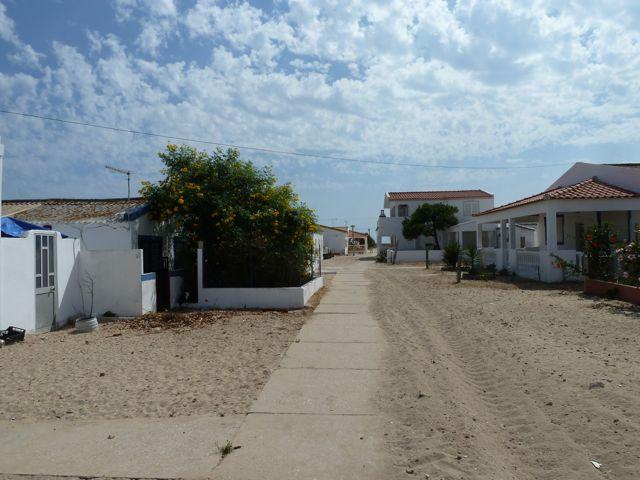 Even een sfeershot van het dorp, overal los zand en verharde wandelpaden