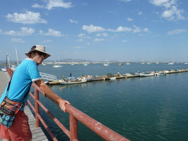 Mijn lief kijkt uit over de baai met op de achtergrond onze Deesse