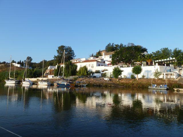 We komen aan bij het dorpje Alcoutim, waar we de boot aan de steiger kunnen leggen