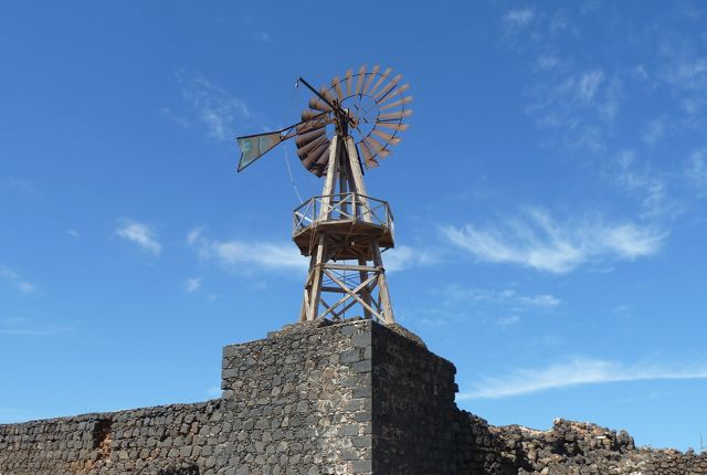 Oude molens om de zoutbekkens van water te voorzien