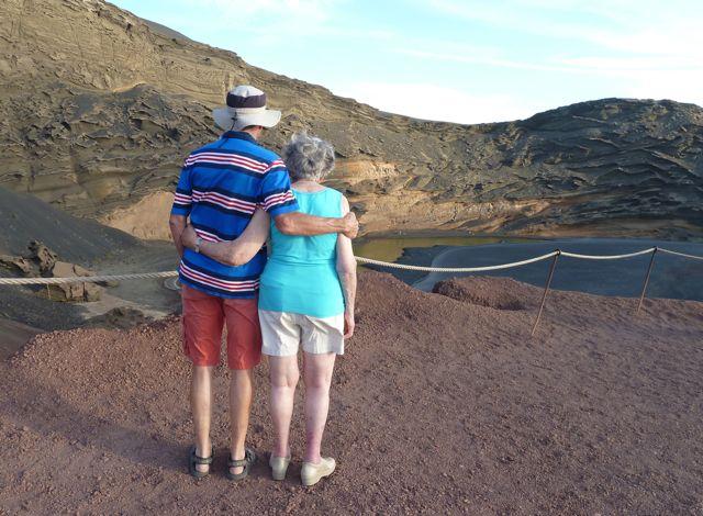 Samen uitkijken over het algenmeer in een krater
