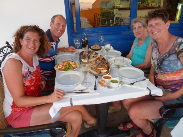 Aan het eind van de eerste dag samen, heerlijk uit eten gegaan, verse vis met uitzicht over zee