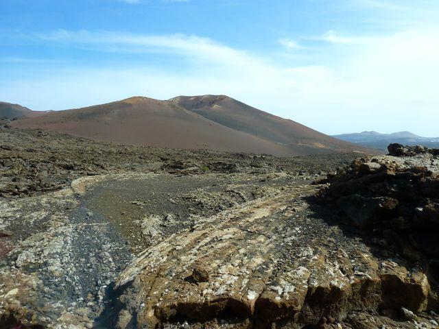We bezoeken het vulkaanpark Timanfaya, waar we met een bus een fantastische rondrit maken dor de woeste natuur. Er groeit en bloeit vrijwel niets, maar de kleuren en grillige vormen zijn imposant!