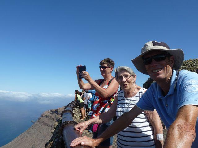 Dan gaan we naar het uitzichtspunt, 500 meter boven de zeespiegel, met prachtig uitzicht over Isla Graciosa, waar we eerder voor anker hebben gelegen.