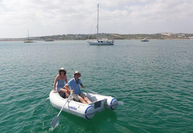 Op weg in de dinghy naar ons schip, leuk dat we deze foto kregen toegestuurd.