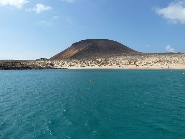 en dan, na bijna vijf dagen op zee, land in zicht! We ankeren in het donker bij Isla Graciosa.