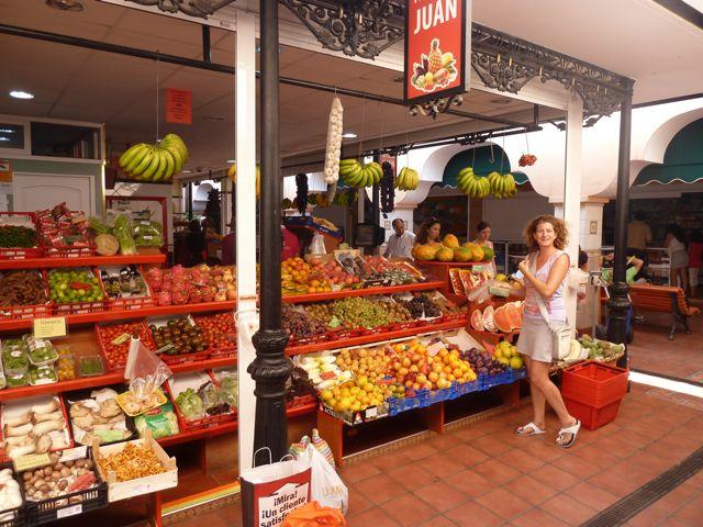 De Afrikaanse markt, met zoveel keus aan bijzondere groenten en fruitsoorten, vlees en vis. En zelfs een toko dus!