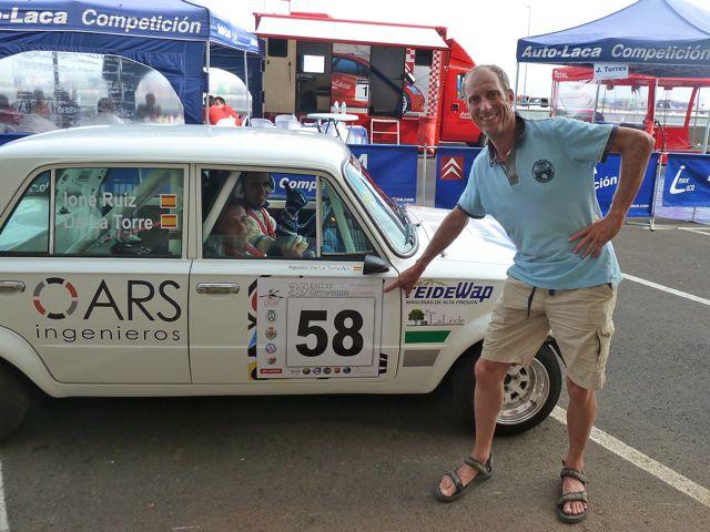 De couriers vonden het oko wel leuk, toen Pieter uitlegde waarom we hun auto fotografeerden. We zeiden dat het nummer 58 vast geluk zou brengen!