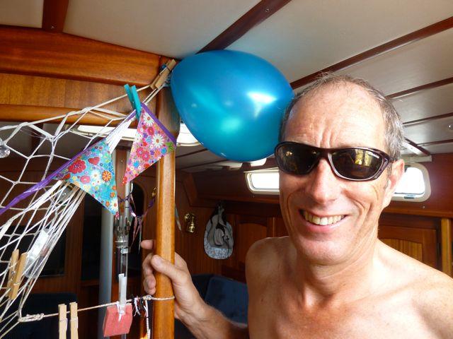 Het feestvarken bij de slingers en ballon.