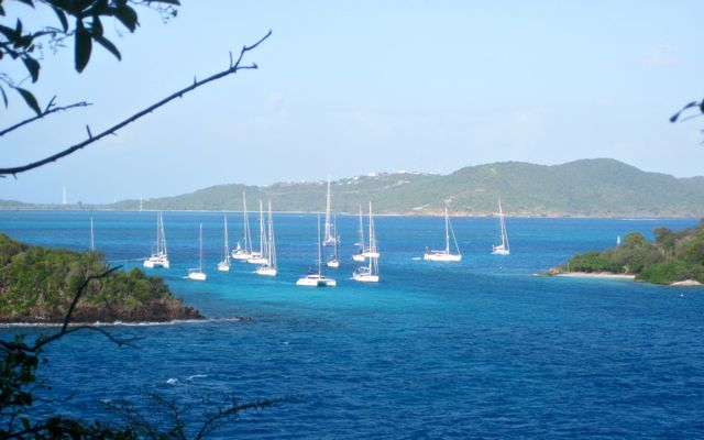 Daar liggen we dan, tussen de eilandjes geankerd in azuurblauw water