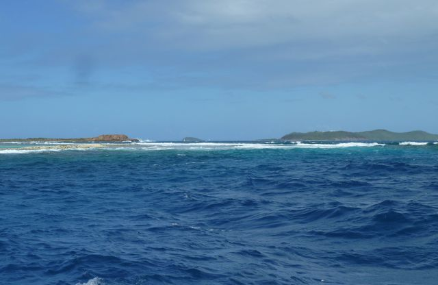 De zee breekt op het rif kapot, we krijgen geen genoeg van de verschillende kleuren blauw