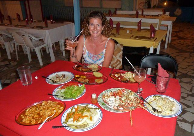 Veel te veel eten geserveerd aan tafel voor ons als enige etende gasten. Wel superlekker klaargemaakt.