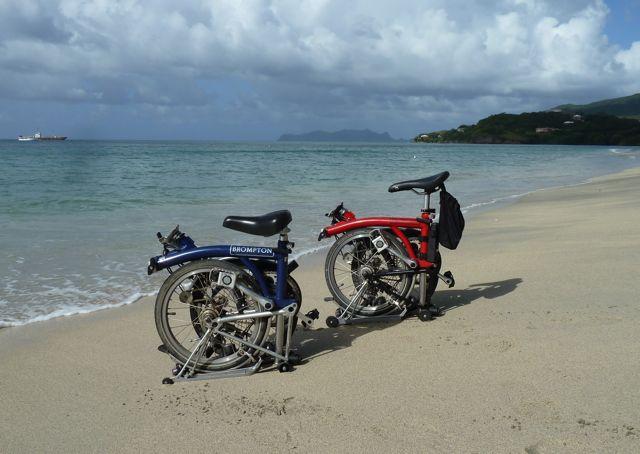 daar staan ze, onze trouwe bikes, nog steeds niet aan het roesten, eens kijken hoe lang dat duurt