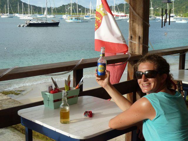 In Tyrrel bay ontdekken we de charme van the Lazy Turtle, daar drinken we een Carib biertje op.