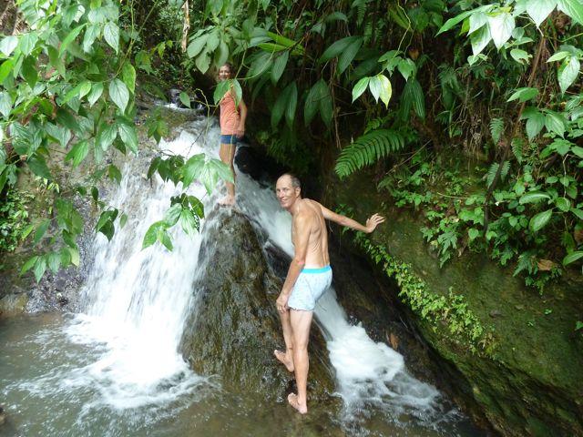 We klauteren door het water omhoog om bij de voet van de waterval te komen