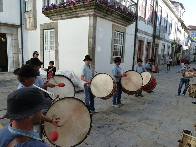De eerste bombos die we tegenkomen, zeer fanatieke drummers die helemaal uit hun dak gaan van enthousiasme.