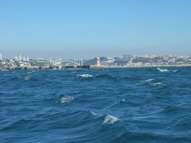 En daar ligt de stad dan, boven een ruig stukje water