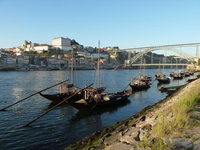 Toeristische portboten met aan de overkant de stad Porto