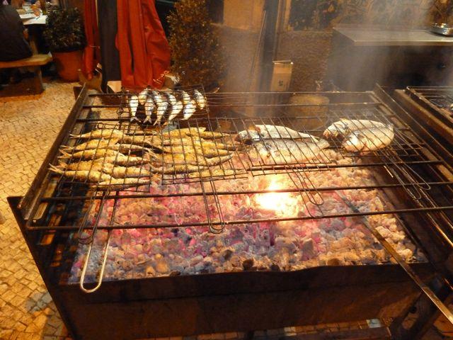 We gaan uit eten bij een straatrestaurantje vlak bij de haven. De bbq staat roodgloeiend op straat en er kan alleen maar vis worden gegeten.