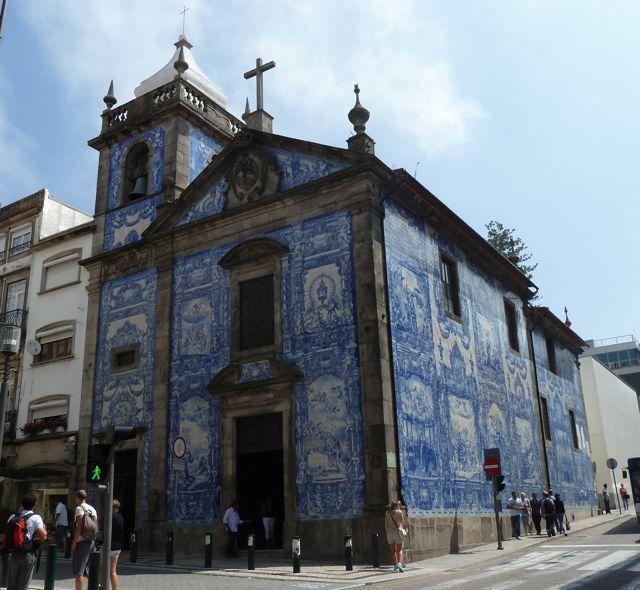 En dan de stad in. Overal kerkjes met prachtig tegelwerk versierd.
