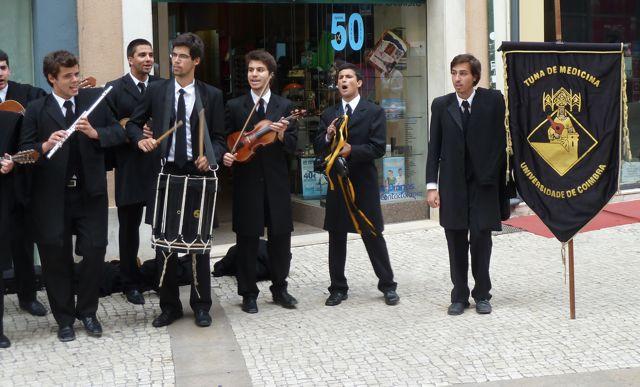 Overal studenten op straat die muziek maken. Uit cafeetjes klinkt soms life fadomuziek.
