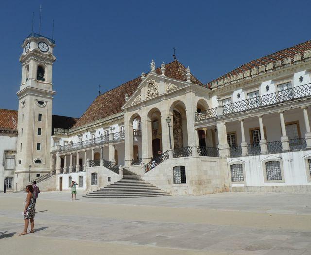 Natuurlijk beklimmen we al die trappen om de oude universiteit te bezoeken. enorm de moeite waard, zeker de 500 jaar oude bibliotheek.