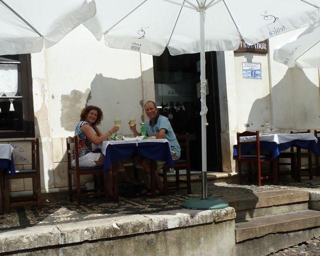 We doen luxe en gaan uit lunchen op prachtig gelegen terras, genieten van verse vis met vinho verde.