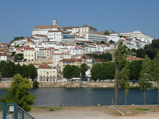 Coimbra op afstand; blij dat we er met de trein naar toe zijn gereisd.